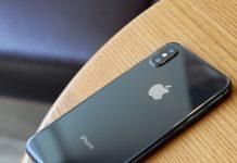iPhone sobre una mesa de madera