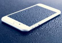 iPhone 6 con fondo azul